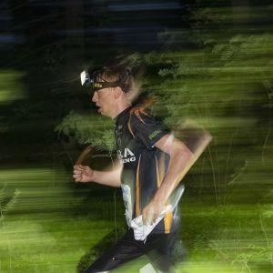 Juoksijoita metsässä