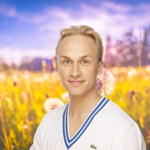 Christoffer Strandberg poserar på en sommaräng.