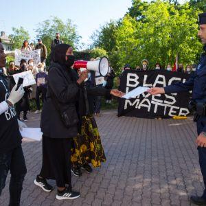 Mielenosoittajat luovuttavat adressin.
