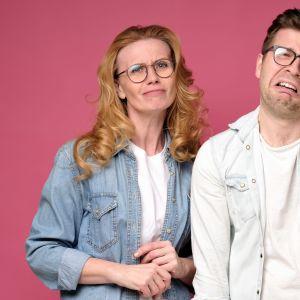 Grimaserande man och kvinna, båda i glasögon