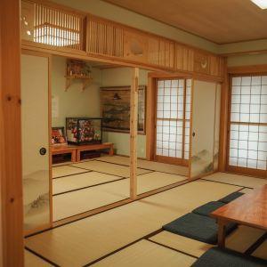 Näkymä japanilaistyyliseen huoneeseen, tatamilattia, paperilla päällystet liukuovet
