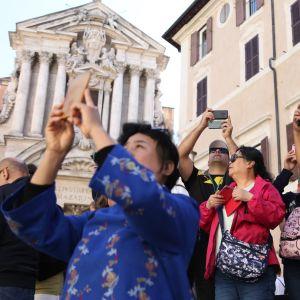 Turisteja Fontana di Trevin suihkulähteellä Roomassa