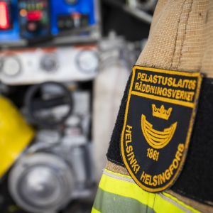 Pelastuslaitos Helsinki hihamerkki palomiehen takissa