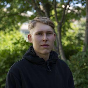 Kerkko Sunell on kesätöissä Helsingin kaupungin viheralueilla