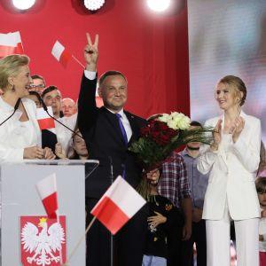 Andrzej Duda näyttää voitonmerkkiä