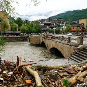 En översvämmad bro i Kina