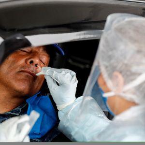Koronavirustestin ottaminen Sao Paulossa Brasiliassa.