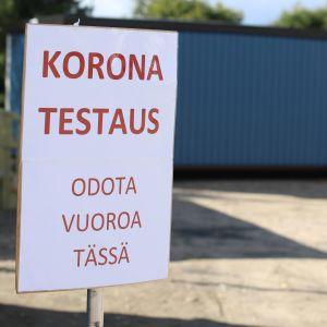 Kyltti, joka opastaa Torniossa Ruotsin rajalla olevaan koronatestauspisteeseen.