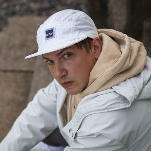 Antti Nopsajalka Hakala istuu rappusilla