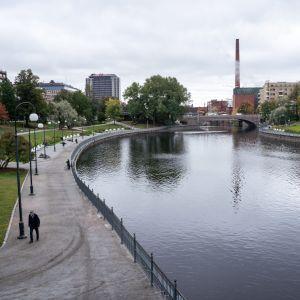 Ihmisiä Tampereen keskustassa.