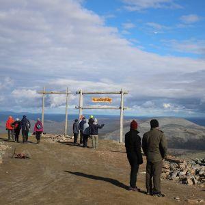 matkailijoita Ylläksen huipulla