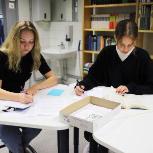 Eskolanmäen koulun 9-luokan oppilaat Iida Salovaara ja Aida Ahola oppitunnilla.