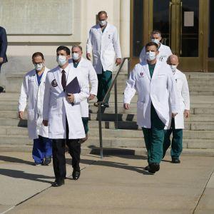 Lääkärijoukko kävelee pihalla