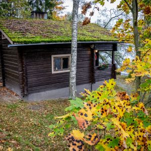 Lomarenkaan mökkiin kuuluva sauna Veikkolassa