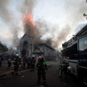 Kirkko palaa Chilessä protestien lopputulemana