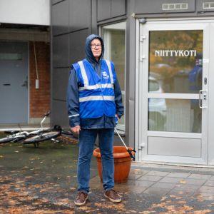 Pekka Kiuru seisoo Niittykodin edustalla