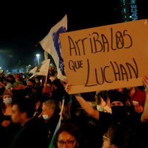 Folk firade segern i den historiska folkomröstningen i centrum av huvudstaden Santiago de Chile.