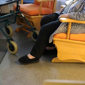 Anonyymi vanhus istumassa Jaalan palvelukeskuksessa Kouvolassa.