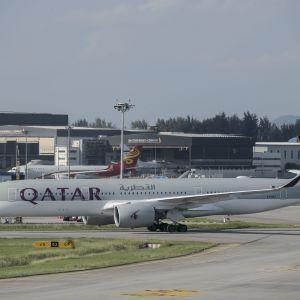 Qatar och dess statliga flygbolag Qatar Airways får hård kritik för kränkande läkarundersökningar på flygplatsen i Doha.