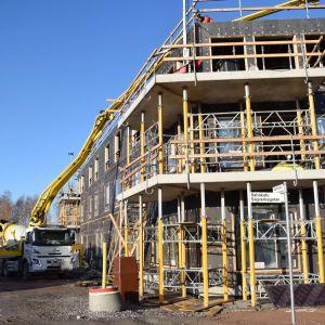 Här byggs ett servicehus med plats både för dagis och äldreboende.