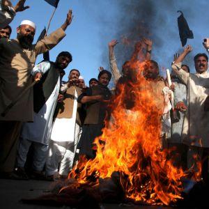 Bilder av Frankrikes president Emmanuel Macron bränns i Pakistan