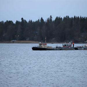 Räddningsbåten Helga är bärgad och förs till Vasklot.