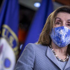 Kongressin edustajainhuoneen puheenjohtaja Nancy Pelosi tiedotustilaisuudessa viime torstaina. Hän kampanjoi uuden virkakauden puolesta Kaliforniassa.