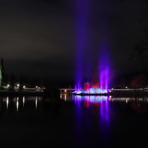 Valotaiteilija Kari Kolan suunnittelema valaistus Kajaanin linnanrauniolla.