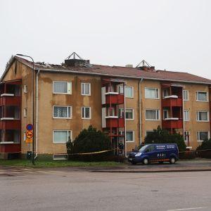 Tulipalossa kärsinyt Kauppalankadun kerrostalo Kouvolassa.