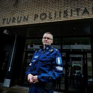 Överkonstapel Matti Pippola utanför polishuset i Åbo.