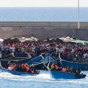 Gran Canarian eteläkärjessä sijaitsevassa Arguineguínin satamassa on kaikkiaan pari tuhatta siirtolaista ja turvapaikanhakijaa, joiden majoitus kangertelee pahasti.