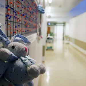 Synnytysosaston käytävällä oleva taulu, jossa nuppineuloja syntyneiden lasten merkiksi.