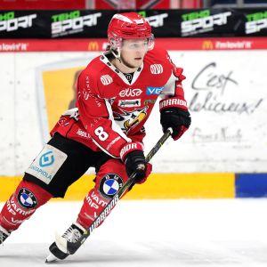 Valtteri Viljanen på isen.