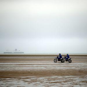 Poliisin moottoripyöräpartio ajoi rannalla Oye-Plagessa lähellä Calais'n satamaa Pohjois-Ranskassa 31. tammikuuta 2020. Tuolloin turvatoimia kiristettiin silloisen sisäministerin Christophe Castanerin vierailun takia.