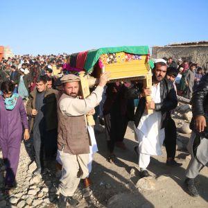 Kuolleen toimittajan arkkua kannetaan Afganistanissa
