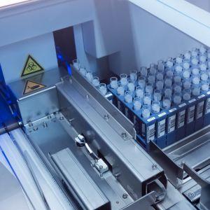 Robotti tutkii koronanäytteitä Fimlabin laboratoriossa Tampereella.
