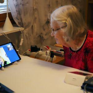 Kaija Ojala puhumassa videopuhelun välityksellä kodissaan.