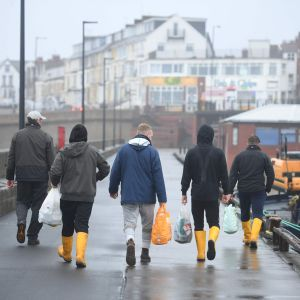 Fiskare avlägsnar sig från hamnen i Bridlington i England efter att handeln blockerats vid den franska gränsen. 21.12.2020.