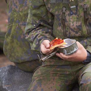 Suomen puolustusvoimien alokaskoulutus Santahaminassa. Varusmiehiä ruokatauolla