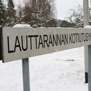 Lauttarannan kotiutusyksikkö -kyltti Kuusankoskella.