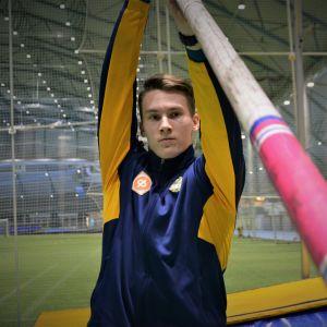 Mikko Paavola harjoittelemassa seiväshyppyä Botniahallissa