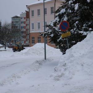Kouvolan katuja aurattiin runsaan lumisateen jäljiltä 13.1.2021.