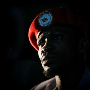 Oppositionspolitikern  Bobi Wine med en röd basker i Kampala i Uganda.