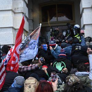 Människor stormar ingången till Capitolium.