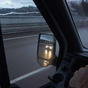 Bilkörning på motorväg.
