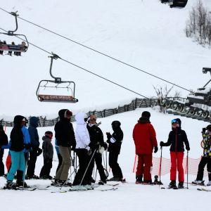Ihmisiä hissijonossa Kittilän Levillä helmikuussa 2021.
