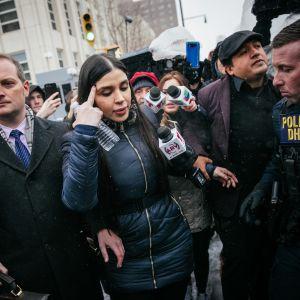 Emma Coronel Aispuro kävelemässä toimittajien ympäröimänä.