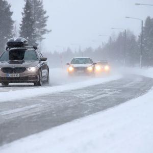 Autoja talvisella kantatiellä 79.
