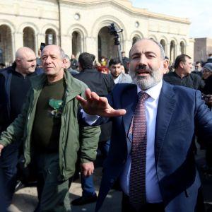 Armeniens premiärminister Nikol Pasjinjan tågade trotsigt genom huvudstaden efter att arméledningen hade krävt hans avgång.