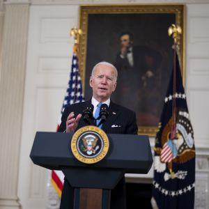 USA:s president Joe Biden står bakom en talarstol och håller tal